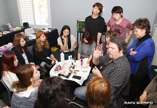 講師のパックさん(中央右)から弾痕の特殊メイクを学ぶ生徒たち。右端が奈良さん