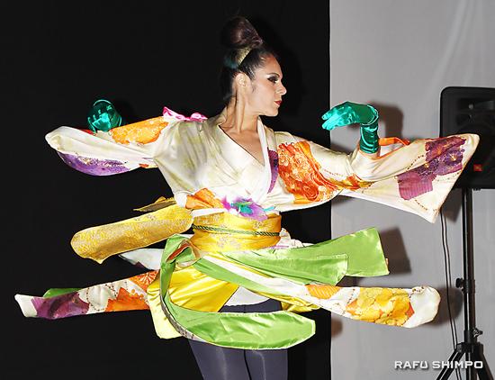 訪問着本来の形を残した着付け。ミュージカル風の美しいダンスのスピンで、モダン着物がいっそう映えた