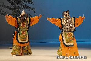 「緊那羅雅楽会」(右)の演奏に合わせて披露された舞楽