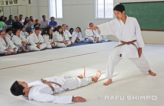 Hunter Nagai (standing) runs through the forms of five kata, with his brother, Jordan. (GWEN MURANAKA/Rafu Shimpo)