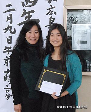 奨学金受賞者のチューさんと母親のナオコさん
