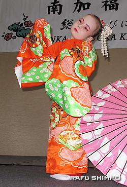 「絵日傘」を踊る会員の子弟の板屋里安菜さん
