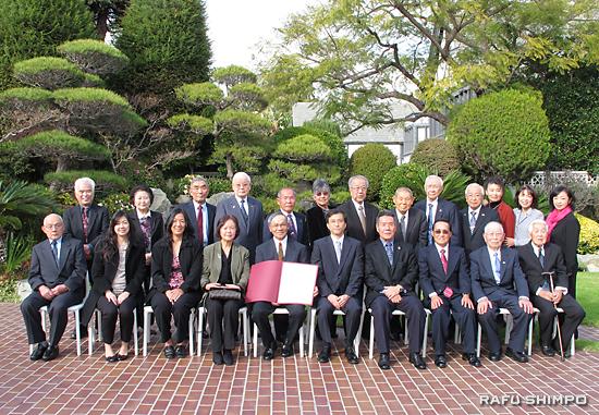 表彰式に臨席した家族や親友とともに記念撮影に納まる西さん(前列左から5人目)