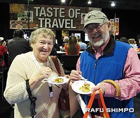 お好み焼きを試食しながら、日本旅行の思い出を語る老夫婦