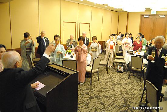 親睦会で、日系パイオニアセンターの浅見紳太顧問の掛け声に合わせ、乾杯する小笠原流煎茶道南加総支部メンバーら