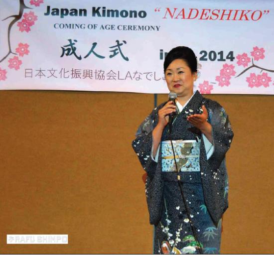Takako Sasaki, the president of L.A. Nadeshiko Kai, delivers a congratulatory speech.  (RYOKO NAKAMURA/Rafu Shimpo)