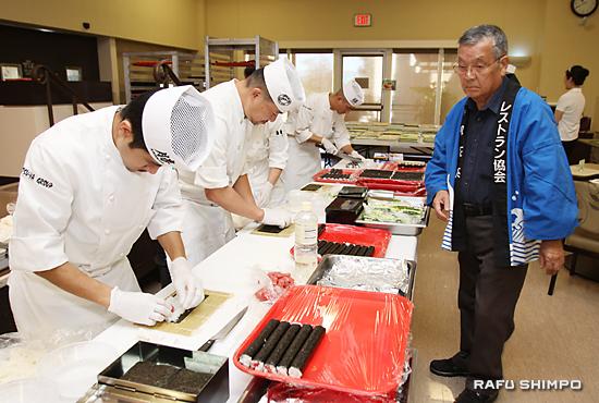 すしを作る和食店「カツヤ」のすし職人。右は波多野会長