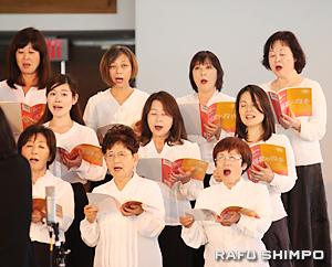 三善晃が編曲した唱歌を合唱するメンバー