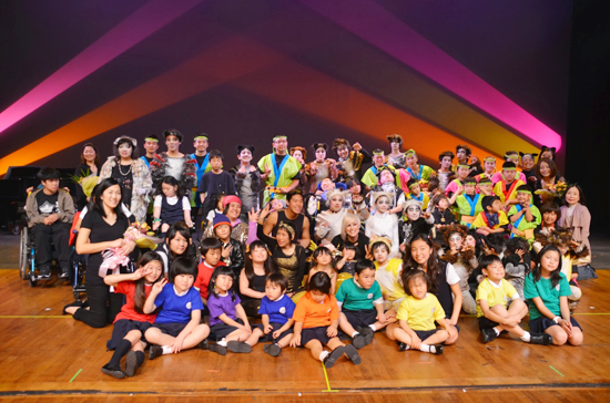 創立20周年を祝う「手をつなぐ親の会」の会員とボランティアメンバー
