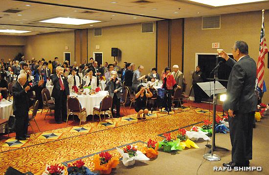 宮内武幸顧問(右)の音頭で、南加鹿児島県人会の創立115周年を祝い乾杯する来賓と会員ら