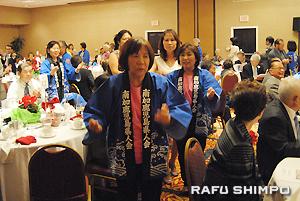 鹿児島おはら節の歌に合わせ、会場を踊り歩く会員と飛び入り参加者ら
