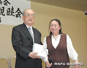 ラーセン・美奈子新会長から感謝の品が手渡された鈴木博久前会長(左)