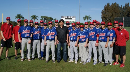 Hideo Nomo with playeres from Academie Baseball Canada.