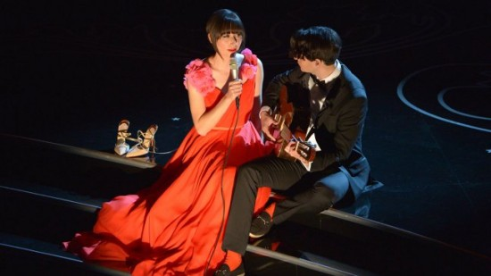 Karen O performs on the Oscars telecast with Ezra Koening, lead singer of Vampire Weekend.