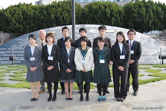 小東京のゴー・フォー・ブローク・モニュメントを訪れた2014年度佐賀県海外使節団。後列左端は、ガイドを務めたロッキー・山田さん