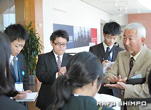 全米日系人博物館のツアーでガイド山田さん(右)の話を真剣に聞く学生