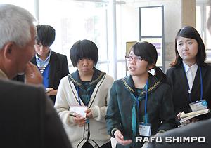 全米日系人博物館のツアーで質問する弘学館高等学校1年の平良さん(右から2人目)