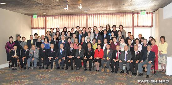 全日本書初め展および産経国際書会新春展贈賞式に集まった米国書道研究会メンバーと来賓
