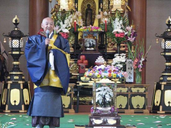 Bishop Noriaki Ito at last year's Hanamatsuri service. (J.K. YAMAMOTO/Rafu Shimpo)