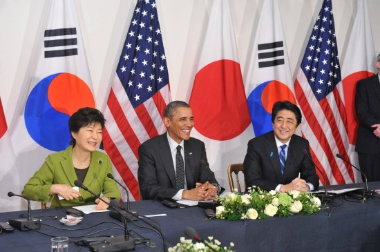 South Korean President Park Geun-hye, U.S. President Barack Obama and Japanese Prime Minister Shinzo Abe hold a trilateral summit. (Prime Minister's Office of Japan)