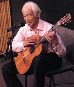 Toru Saito sang his original compositions. (J.K. YAMAMOTO/Rafu Shimpo)