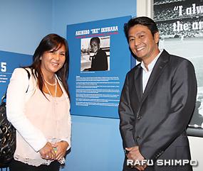 亡き父の功績をたたえられ、感激の生原氏の娘スーザンさん(左)。右は、スーザンさんの夫で元ドジャース・アジア部門部長のエーシー・コオロギさん