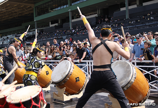 LA祭り太鼓の力強い演奏