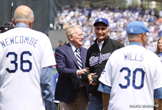 ニューカム(手前左)、ウィリス(同右)ら往年の名選手が見守る中、始球式を行ったスカーリーさん(左)と球を受けたコーファックス