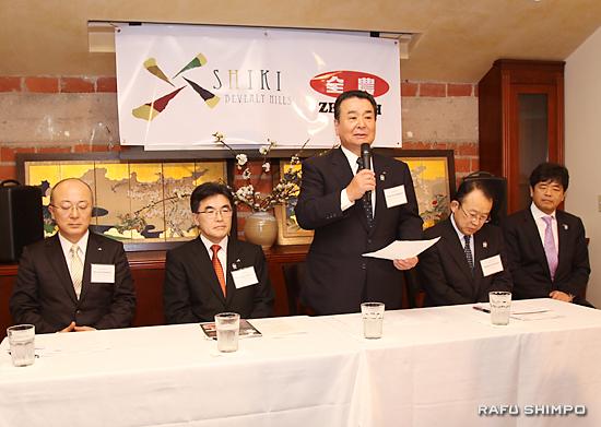 記者会見で抱負を述べるJA全農の中野吉實会長(左から3人目)