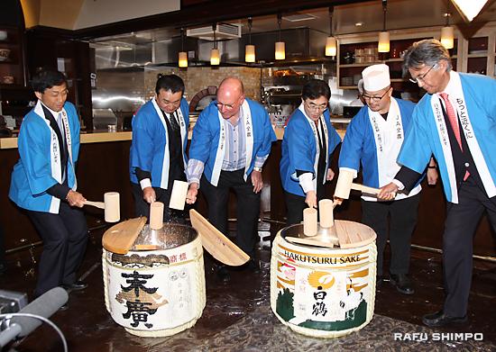 レセプションで鏡開きを行う中野吉實JA全農会長(左から2人目)ら。右から2人目が藤本茂典総料理長