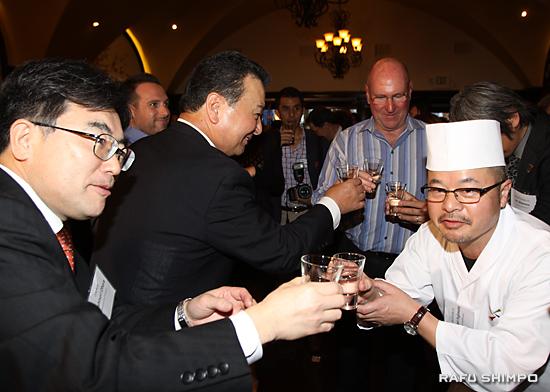 開店を祝い乾杯するJA全農の小原良教常務理事(左)と藤本茂典総料理長