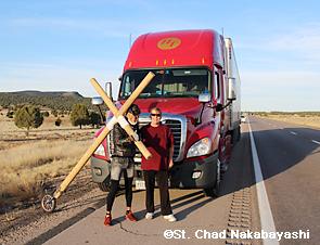 フリーウエーでトラックの運転手(左)と出会った十字架を担いでアメリカ大陸を横断するホーランド師