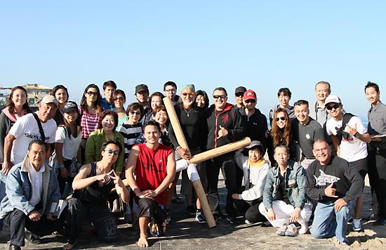 サンタモニカで、ホーランド師(中央)を囲む支援者