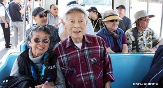 Lois Morishita and Tomio Muranaka, who were both internees at Santa Anita, ride the tram to tour the stables. (GWEN MURANAKA/Rafu Shimpo)