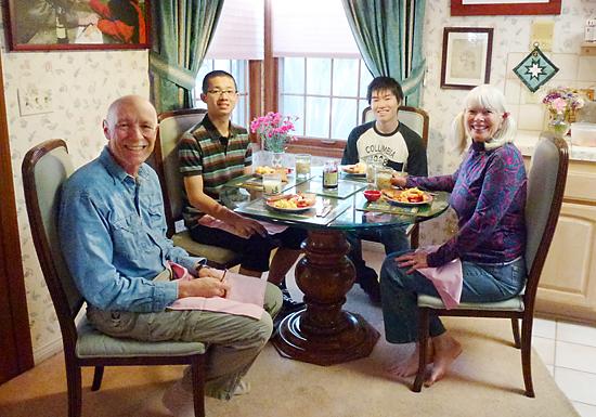 ホームステイ先で、ボガードさん夫妻(両端)と暮らす杉山さん(左から2人目)と八田さん(同隣)