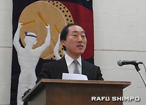 あいさつに立つ総領事館の須賀正弘首席領事