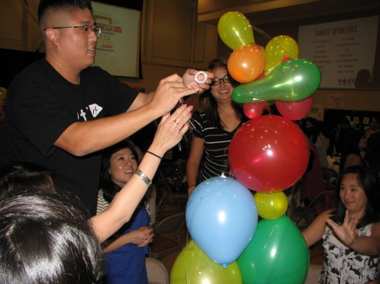 The creation of a balloon tower was one of the team challenges at last year's Family Showdown. (J.K. YAMAMOTO/Rafu Shimpo)