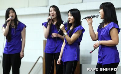 Young members of the Grateful Crane Ensemble sang popular songs of the 1940s.