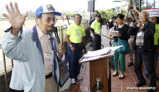 "George ""Horse"" Yoshinaga addresses attendees at the Santa Anita Assembly Center Reunion. Yoshinaga was honored for his efforts to commemorate the center. (MARIO G. REYES/Rafu Shimpo)"