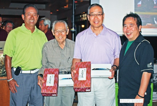 Winners of the 2014 Rafu Shimpo Foundation Charity Golf Classic (from left) Mark Komoda, tournament chairman George Sugimoto and Don Nose accept prizes from Rafu Shimpo publisher Michael Komai. (GWEN MURANAKA/Rafu Shimpo)