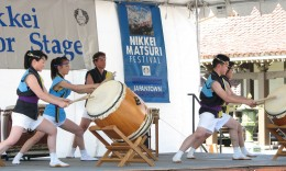 Above: San Jose Taiko performs at last year's Nikkei Matsuri. Below: Wesley UMC Youth Group's Nikkei Dogs were popular at the Food Fair. (J.K. YAMAMOTO/Rafu Shimpo)