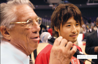 L.A. Clippers owner Donald Sterling speaks during a reception at Staples Center for Yuta Tabuse, during the team's first Japanese American Community Night, Oct. 14, 2005.  (MIKEY HIRANO CULROSS/Rafu Shimpo)