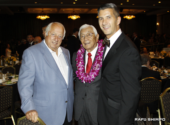 From left: Former Dodgers manager Tommy Lasorda, honoree Wat Misaka, and JANM President and CEO Greg Kimura.