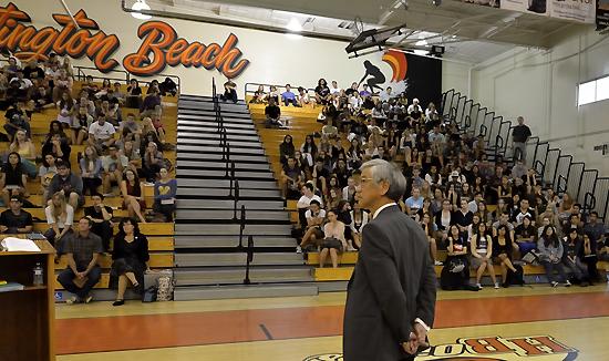 ハンティントンビーチ高校での講演会には300人が集まった