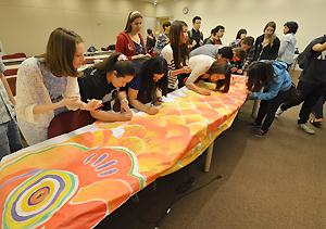 宍戸さんの講演後、こいのぼりに福島の子どもたちへのメッセージを書き込むチャップマン大学の学生