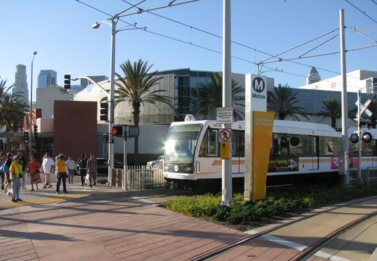 9月から初乗り運賃が1・75ドルに引き上げられる。写真は小東京/アートディストリクト駅を出発するゴールドライン