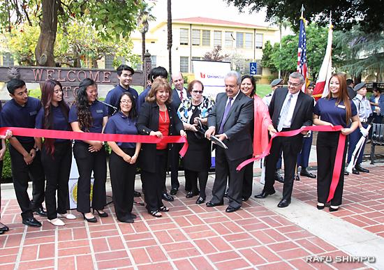 リンカーン高校の校内支店開設を祝うリボンカッティング