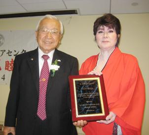 宮崎前会長から感謝の盾を受け取った松原千龍座長(右)
