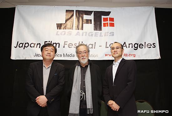 記者会見に臨んだ(左から)稲塚秀孝監督、仲代達矢さん、朝倉代表