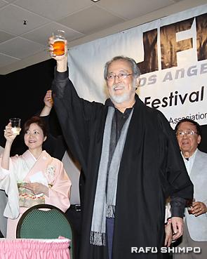 映画祭の開幕を祝い乾杯する仲代達矢さん(中央)と前夜祭参加者